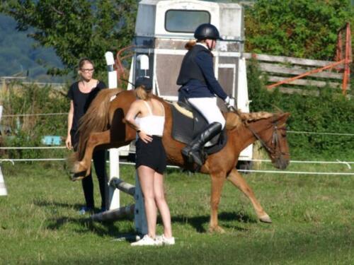 Franziska und Cindy springen